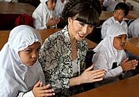 Totto-chan Berdoa Bersama Anak-Anak Aceh