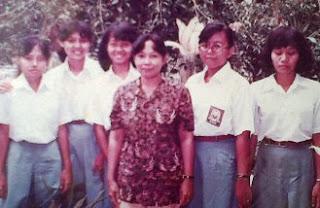 Nh. Dini (ditengah) bersama siswa-siswa SMA